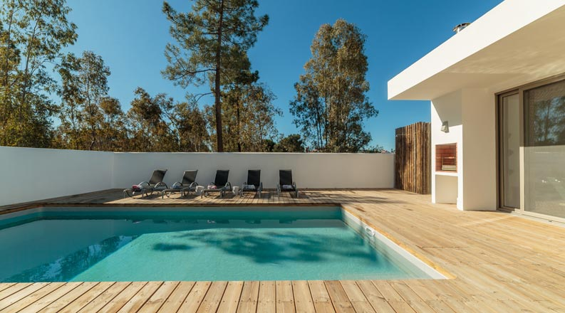 Individueller Wellness-Pool am Haus mit Terrasse